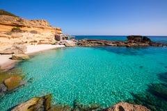 Il Mediterraneo del turchese della spiaggia del DES Mort di Formentera es Calo Immagini Stock Libere da Diritti