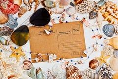 Il Mediterraneo ha disegnato la natura morta con la cartolina d'annata, sunglasse Immagini Stock