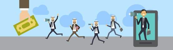 Il megafono di conversazione della compressa araba dell'uomo d'affari con il gruppo di affari, vestito arabo dal gruppo va alla b Immagini Stock Libere da Diritti