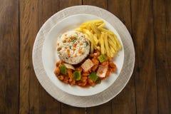 Il mein del cibo del pollo un piatto orientale popolare disponibile al cinese prende i outs Fotografia Stock