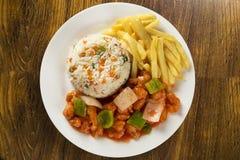 Il mein del cibo del pollo un piatto orientale popolare disponibile al cinese prende i outs Immagine Stock Libera da Diritti