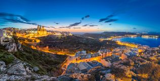 Il-Mellieha, Мальта - красивый панорамный взгляд горизонта городка Mellieha после захода солнца с церковью Парижа и Mellieha прис Стоковые Изображения