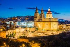 IL-Mellieha, Malta - de Mellieha-Parochiekerk bij blauw uur stock foto's