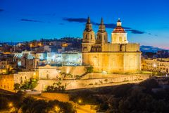 IL-Mellieha, Malta - a igreja paroquial de Mellieha na hora azul fotos de stock