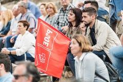 Il membro del partito con una bandiera presenzia alla riunione di Josep Borrell ha tenuto a Caceres immagini stock