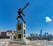 """Il memoriale del """"di KatyÅ in Jersey City con una vista su NYC nella distanza fotografie stock"""