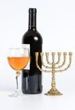 Il menorah ebreo, bottiglia di vino e un vetro Immagine Stock