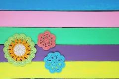 Il meravigliosi lavorano all'uncinetto i centrini sulla tavola di legno colourful Fotografia Stock