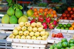Il mercato asiatico dell'agricoltore che vendono il mango ed il drago fruttificano nel Vietnam Fotografie Stock