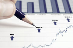 Il mercato azionario rappresenta graficamente l'analisi Fotografia Stock Libera da Diritti