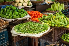 Il mercato dell'agricoltore asiatico che vende gli ortaggi freschi Fotografia Stock Libera da Diritti
