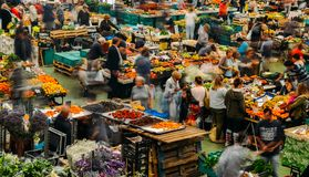 Il mercato dell'alimento di Cascais è il posto da andare se volete i prodotti ed il pesce locali freschi I giorni più occupati so Immagini Stock