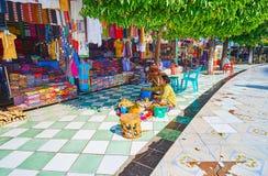 Il mercato dell'indumento della pagoda di Kaunghmudaw, Sagaing, Myanmar immagini stock