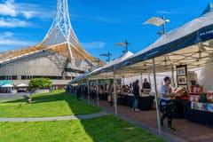 Il mercato di domenica vicino alle arti concentra a Melbourne, Victoria, Australia fotografia stock