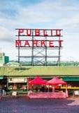 Il mercato di posto di luccio famoso firma dentro Seattle Fotografia Stock