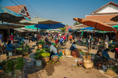 Il mercato si blocca al mercato di Phousi, Luang Prabang, Laos Fotografia Stock Libera da Diritti