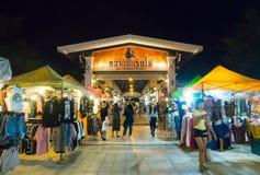 Il mercato Srinakarin di notte del treno o la putrefazione Fai Market è un bazar all'aperto autentico che vende il modo moderno fotografia stock libera da diritti