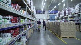 Il Merchandiser consiglia il compratore nel supermercato stock footage
