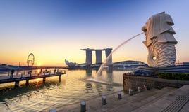 Il Merlion e Marina Bay Sands Resort Hotel fotografia stock libera da diritti