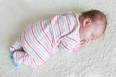 Il 1 mese adorabili di neonata dorme sulla pancia Fotografia Stock Libera da Diritti
