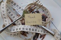Il messaggio pensa due volte su un piatto sporco immagine stock