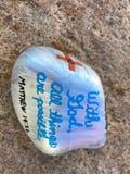 Il messaggio sugli stati dipinti della roccia con Dio, tutte le cose è possibile Fotografia Stock