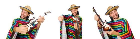 Il messicano in chitarra viva della tenuta del poncio isolata su bianco Fotografia Stock Libera da Diritti