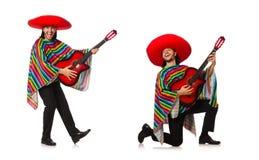 Il messicano in chitarra viva della tenuta del poncio isolata su bianco Immagini Stock
