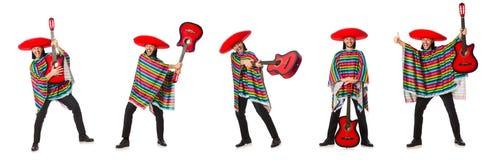 Il messicano in chitarra viva della tenuta del poncio isolata su bianco Fotografie Stock Libere da Diritti