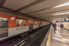 IL MESSICO - 26 OTTOBRE 2017: Stazione ferroviaria in sotterraneo di Città del Messico con il viaggio locale della gente Metropol Fotografia Stock Libera da Diritti