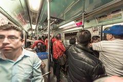IL MESSICO - 26 OTTOBRE 2017: Stazione ferroviaria in sotterraneo di Città del Messico con il viaggio locale della gente Metropol Immagini Stock Libere da Diritti