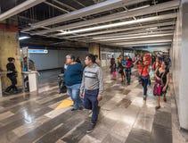 IL MESSICO - 26 OTTOBRE 2017: Stazione ferroviaria in sotterraneo di Città del Messico con il viaggio locale della gente tubo Fotografie Stock