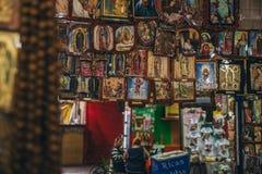 IL MESSICO - 20 SETTEMBRE: Mercato locale con vari oggetti e decorazioni religiosi Fotografie Stock