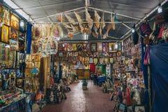 IL MESSICO - 20 SETTEMBRE: Mercato locale con vari oggetti e decorazioni religiosi Fotografia Stock