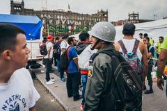 IL MESSICO - 20 SETTEMBRE: Soldato con un casco ad un centro della raccolta per riunire le disposizioni per le vittime di terremo Fotografia Stock Libera da Diritti