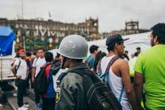 IL MESSICO - 20 SETTEMBRE: Soldato con un casco ad un centro della raccolta per riunire le disposizioni per le vittime di terremo Immagini Stock