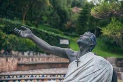IL MESSICO - 20 SETTEMBRE: Statua di un uomo con un incrocio che esamina il cielo Immagini Stock Libere da Diritti