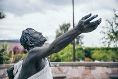 IL MESSICO - 20 SETTEMBRE: Statua di un uomo con un incrocio che esamina il cielo Immagini Stock