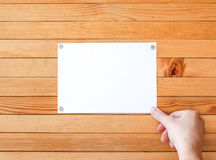 Il metallo allegato mano abbottona l'annuncio di carta L'annuncio di carta vuoto allenta il permesso Fotografie Stock Libere da Diritti