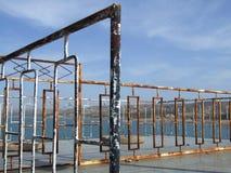 Il metallo chiazzato recinta il bacino idrico Immagini Stock Libere da Diritti