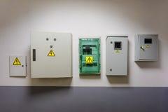 Il metallo e le scatole elettriche di plastica dell'interruttore con i segnali di pericolo elettrici gialli di alta tensione del  Fotografie Stock Libere da Diritti