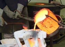 Il metallo fuso della fonderia versa Fotografia Stock Libera da Diritti