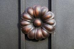 Il metallo ha forgiato il fiore sul recinto Immagini Stock Libere da Diritti