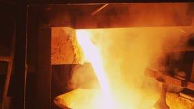 Il metallo mudato rovente ha versato dentro l'officina scura della pianta stock footage