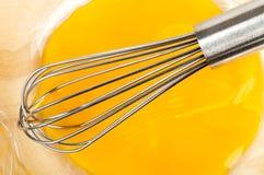 Il metallo sbatte in terrina con i rossi d'uovo Immagini Stock Libere da Diritti
