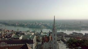 Il metraggio aereo Budapest da un fuco mostra Buda Castle storico vicino al Danubio sulla fine della collina del castello su video d archivio