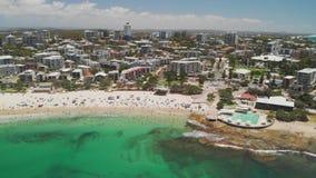 Il metraggio aereo del fuco delle onde di oceano sull're occupati tira, Caloundra, Australia video d archivio