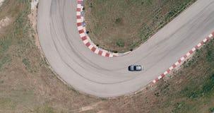 Il metraggio aereo della pista di corsa dell'automobile con il campionato degli angoli che guida l'asfalto cinematografico di sgu video d archivio