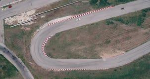 Il metraggio aereo della pista di corsa dell'automobile con il campionato degli angoli che guida l'asfalto cinematografico di sgu archivi video