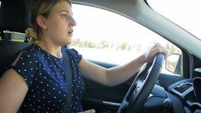 Il metraggio del movimento lento di giovane autista femminile ha ottenuto nell'incidente stradale mentre guidava e per mezzo dell video d archivio